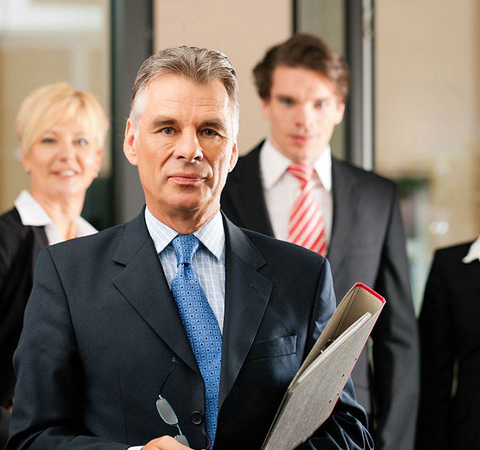 在出了交通事故找个律师需要吗?交通事故律师费由谁承担?